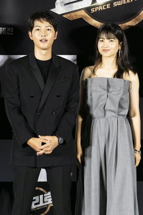 Song Joong Ki sánh vai nữ chính Kim Tae Ri của phim.