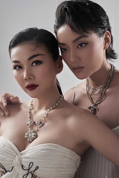 Fashionista Thu Anh – học trò của Thanh Hằng tại 'The Face Vietnam 2019' cũng xuất hiện trong bộ ảnh. Cả hai kết hợp trong loạt ảnh mà Thanh Hằng diện chiếc váy được làm riêng và có in tên cô lên phần áo.
