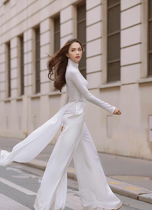 Với áo dài trắng, hoa hậu Hương Giang vẫn khoe được nét gợi cảm và cuốn hút khi sải bước trên phố.