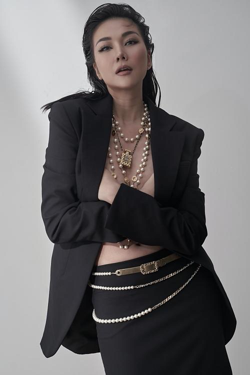 Bước sang tuổi 37, siêu mẫu Thanh Hằng khẳng định vị trí trong làng người mẫu bằng bộ ảnh mới biến hoá linh hoạt, lúc kín lúc hở. Cô không ngại lấy tay ôm ngực trần trong những bức ảnh với trang phục gợi cảm.