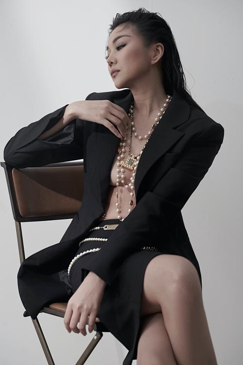 Thanh Hằng thể hiện thần thái cùng set đồ áo blazer không nội y kết hợp chân váy ôm.