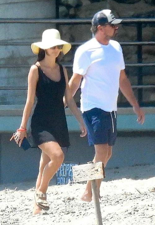 Leo bên bạn gái kém 22 tuổi khi ra biển Malibu.