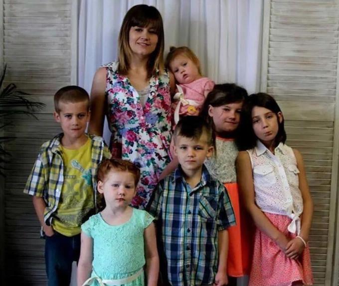 Một ngày của Britni bắt đầu lúc 7h sáng. Cô sẽ kiểm tra ba con sinh ba trước, sau đó chuẩn bị bữa sáng cho những đứa con lại. Sau đó, bà mẹ bận rộn giặt quần áo cho cả nhà, trong khi Chris thì đưa các con đến trường trong hai chuyến xe.