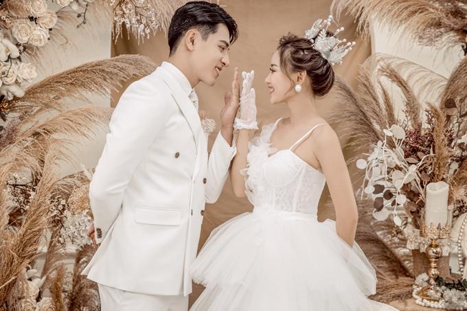Concept chụp ảnh cưới Hàn Quốc hướng đến sự tự nhiên và tinh tế. Sự đa dạng bối cảnh từ đồng cỏ lau, background tông hồng giúp cặp sắp cưới có nhiều tấm ảnh ưng ý.