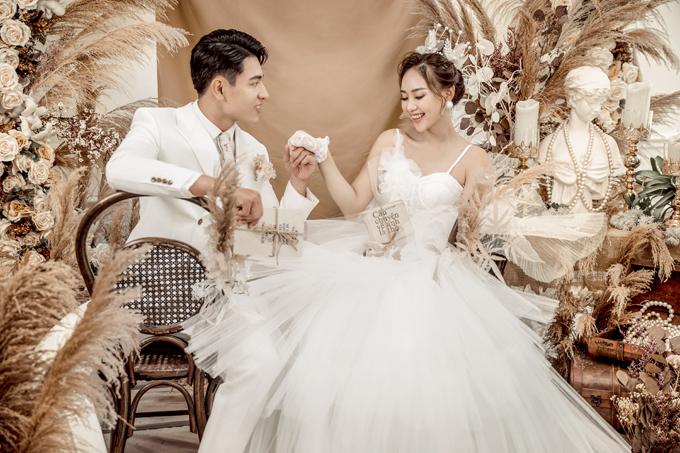 Nhiếp ảnh gia Ju Link gợi ý uyên ương về ảnh cưới trong studio phong cách Hàn Quốc cho nửa cuối năm 2020. Style chụp ảnh lãng mạn cùng concept độc đáo giúp uyên ương ghi lại khoảnh khắc ngọt ngào, hạnh phúc trước thềm đám cưới. Bộ ảnh cưới trong studio thường có chi phí từ 10 - 12 triệu đồng, tùy vào sự phức tạp của bối cảnh, trang phục...