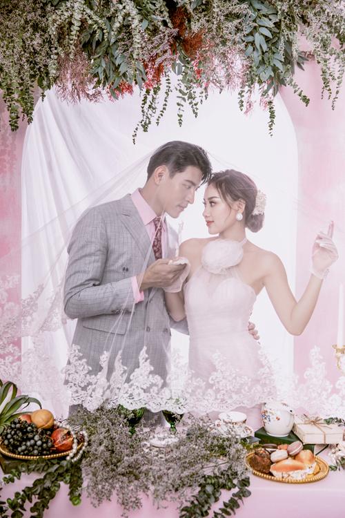 Bộ váy cưới cách điệu từ áo yếm và trang phục chú rể với áo sơ mi hồng là lựa chọn dành cho bối cảnh tại bàn tiệc.