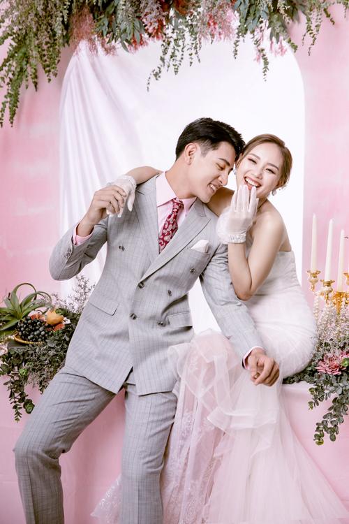 Trong bộ hình, cô dâu, chú rể tăng cường tương tác bằng những nụ cười, ánh mắt, giúp thể hiện sự gắn kết.