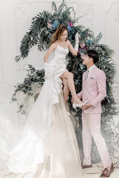 Ảnh cưới studio cũng đòi hỏi óc quan sát, sự sáng tạo của nhiếp ảnh gia. Cô dâu như đang bay lơ lửng trong không gian ảo mộng.