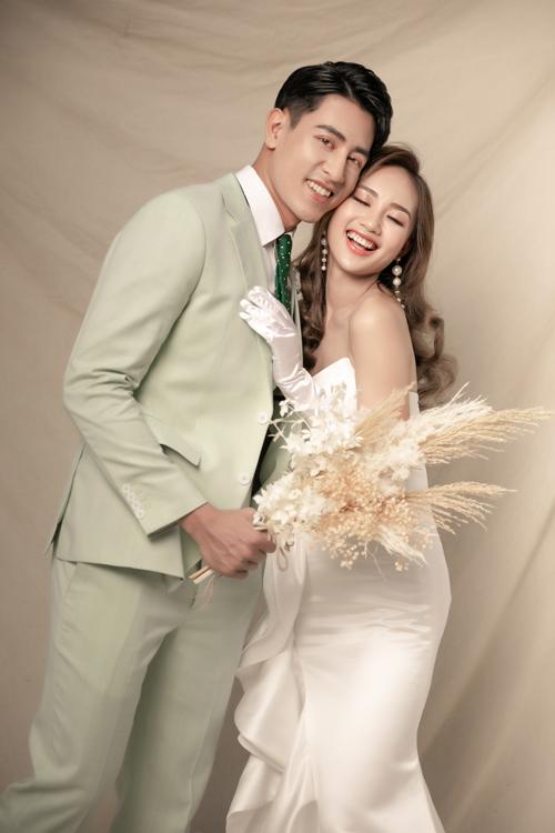Một gợi ý khác của nhiếp ảnh gia khi chụp ảnh cưới với phông nền đơn giản.