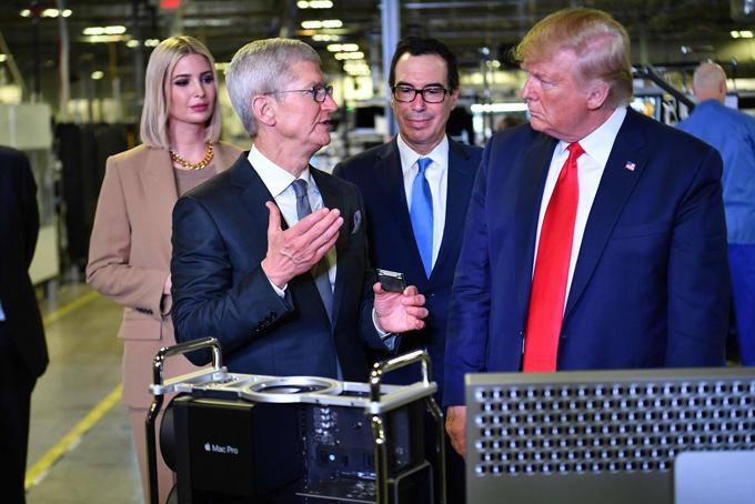 Tim Cook (trái) cùng Tổng thống Trump, Ivanka Trump và Bộ trưởng Tài chính Steven Mnuchin tham quan cơ sở lắp ráp Mac Pro của Apple ở Austin, Texas vào tháng 11 năm 2019. Ảnh: AFP.