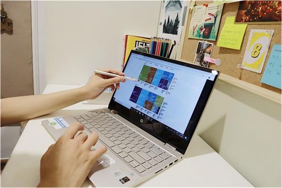 Người dùng có thể ghi chú bài giảng và phác thảo ý tưởng trên laptop bằng bút cảm ứng.