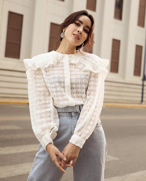 Lưu Hương Giang với cách phối đồ đơn giản và khiến hình ảnh của chị được giao hoà giữa nét thanh lịch và duyên dáng với áo cổ điển đi cùng quần jeans lưng cao.