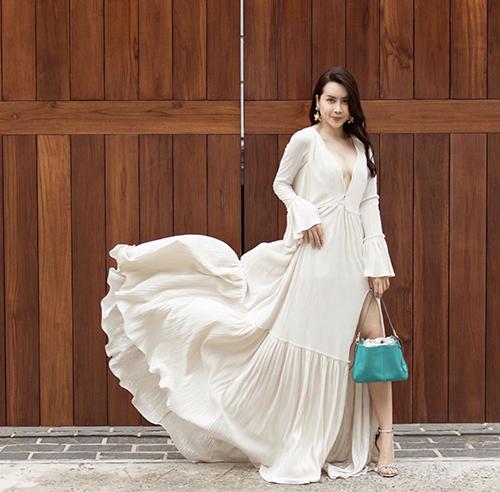 Váy bèo nhún điệu đà còn được bố trí đường xẻ ngực chữ V táo bạo giúp Lưu Hương Giang khoe dáng sexy trên phố.