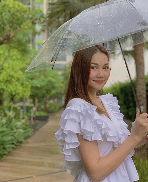 Song hành cùng mốt đầm xếp ly, xu hướng trang phục bèo nhún cũng được nhiều sao Việt lăng xê. Giữa mùa hè 2020, Thanh Hằng cũng chọn kiểu áo điệu đà để khiến hình ảnh của cô trẻ trung hơn khi xuống phố.