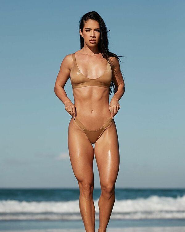 Rachel Dillon khoe vóc dáng săn chắc, quyến rũ trong bộ bikini.