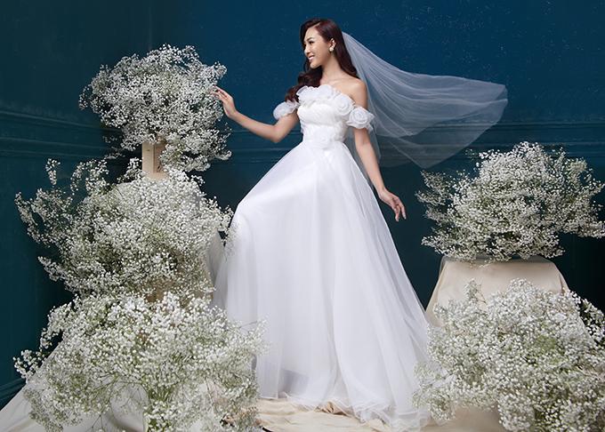 Váy cưới hiện đại thường có nhiều lớp lang, giúp tạo sự thướt tha cho cô dâu khi di chuyển trong sảnh tiệc, làm từ chất liệu siêu nhẹ, thoáng khí giúp nàng cảm thấy dễ chịu khi diện.