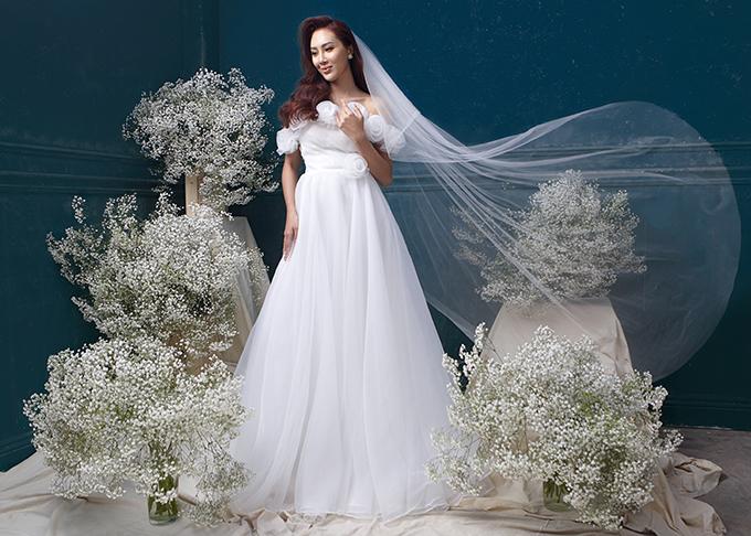 Phom dáng váy xoè nhẹ giúp cô dâu dễ dàng di chuyển trong tiệc cưới.