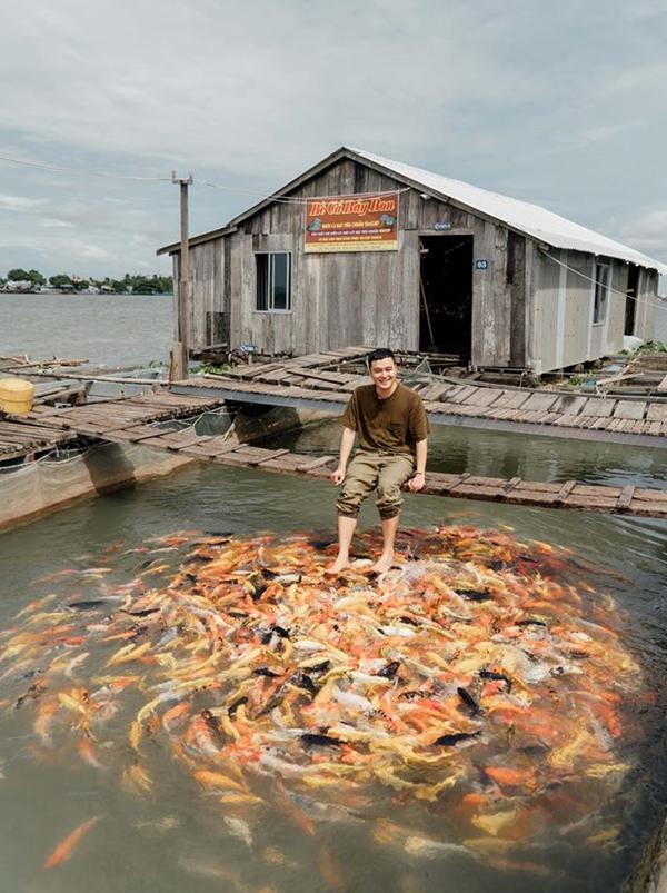 Không hổ danh thánh du lịch, Quang Vinh thường giới thiệu những điểm đến khá thú vị khiến nhiều người thích thú. Tiếp tục hành trình, cả đoàn tới bè cá Bảy Bon ở Cồn Sơn, trên dòng sông Hậu. Đây là nơi nuôi và bảo tồn hơn 10 loại cá quý hiếm. Đặc sản ở đây chính là chả cá thác lác. 70% bè cá là để nuôi và nhân giống loại cá này.