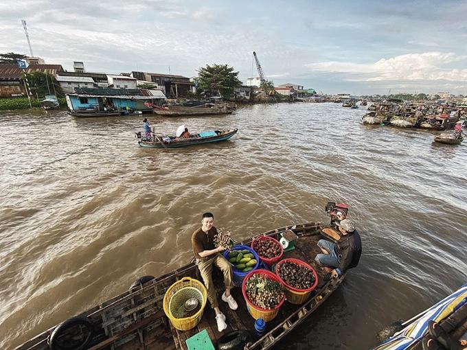 Ngoài ra, như nhiều du khách khác, sáng sớm nam ca sĩ đã theo thuyền tham quan chợ nổi Cái Răng - điểm đến