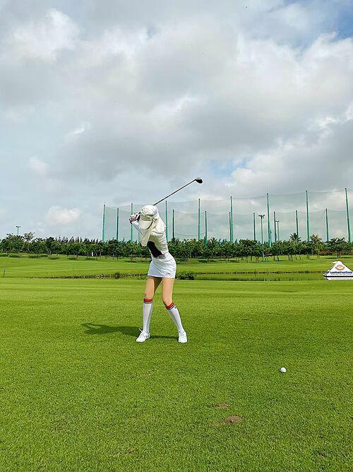 Cũng đi chơi golf nhưng á hậu Huyền My lại trang bị kín mít để tránh nắng.
