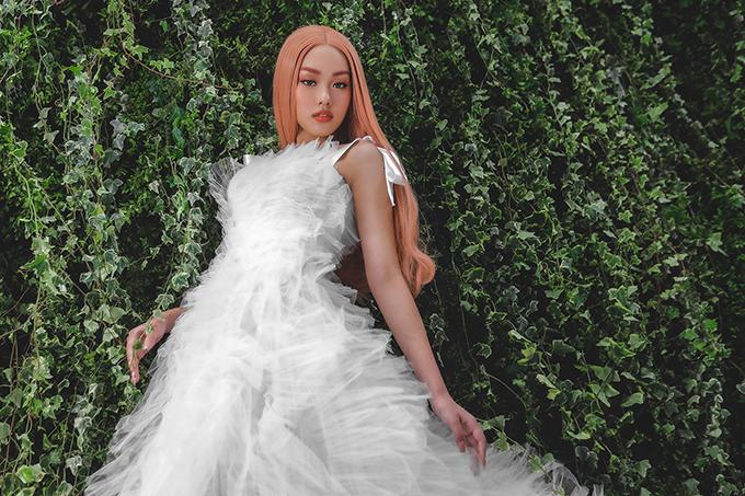 Váy cưới voan trắng được xếp bố cục ngẫu hứng, tạo sự phá cách trong thời trang cưới.