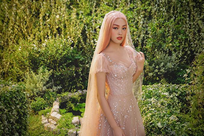 Váy cưới của bộ sưu tập mới có tông màu chủ đạo là trắng, beige và hồng nude, mang đến sự nhẹ nhàng, ngọt ngào cho các cô dâu.