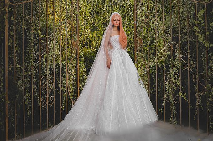 Đầm xoè bồng với các đường xiên tạo hình giúp cô dâu có vẻ đẹp hiện đại, thời thượng.
