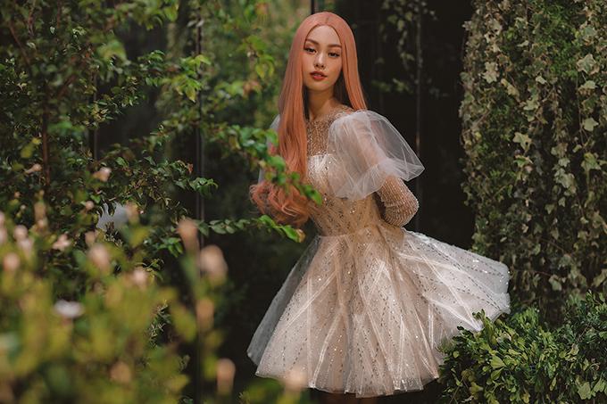 Cô dâu có thể mở rộng sự lựa chọn với váy cưới ngắn đính đá lấp lánh.