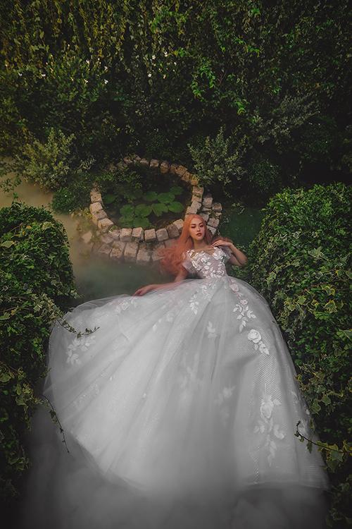 Lớp voan ngoài cùng của váy đóng vai trò là lớp vải bao phủ bên ngoài, giúp hoạ tiết ren hoa hồng ẩn hiện.
