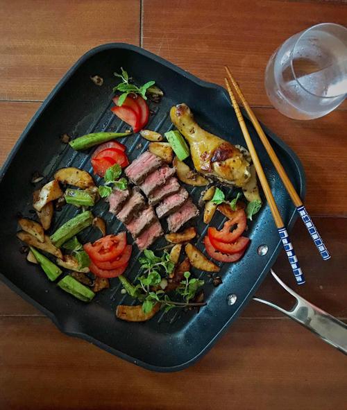 Thực tế, trước khi có thể làm nên những bữa ăn có hương vị không kém nhà hàng, Kenji từng là người không biết chút gì về việc bếp núc. Lúc bé, tôi được gia đình bao bọc, cưng chiều quá mức nên không biết làm gì, kể cả việc vo gạo, cầm dao. Tới khi vào đại học, sống xa gia đình, tôi chán ngán với các bữa cơm hàng cháo chợ nên đã quyết định phải tự lăn vào bếp, Kenji chia sẻ.