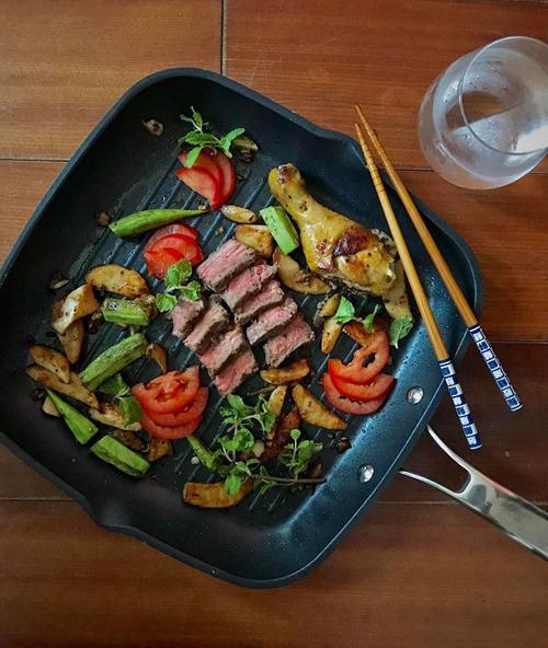Với những món đã chuẩn bị, sơ chế trước trong tủ cấp đông, Kenji sẽ mất thời gian chờ rã đông, đem ra chế biến từ 3-4 món trong 15-20 phút. Với thực phẩm chưa sơ chế, Kenji mất từ 1-2 tiếng đồng hồ để chuẩn bị xong một bữa ăn.