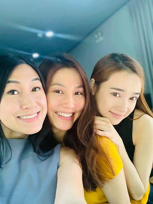 Mặt mộc với chị Kathy Uyên và cô bạn Nhã Phương nè. Không biết còn ai thấy My xinh nữa không?, diễn viên Diễm My 9X hỏi fan.