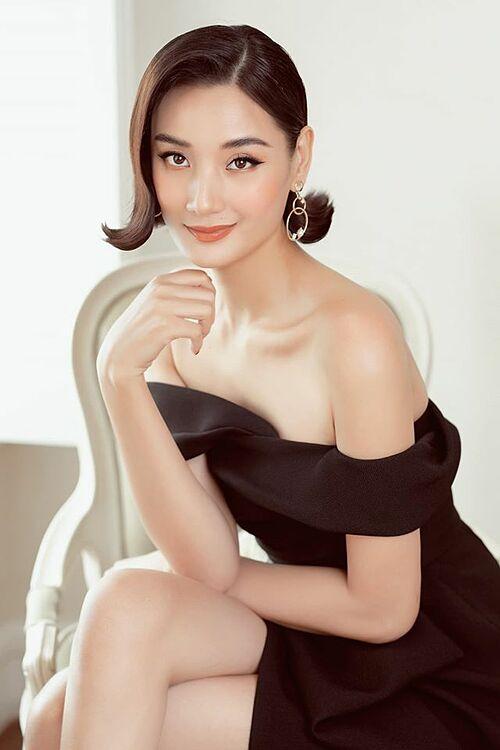 Người mẫu Lê Thúy khoe vai gầy gợi cảm trong bộ ảnh mới.