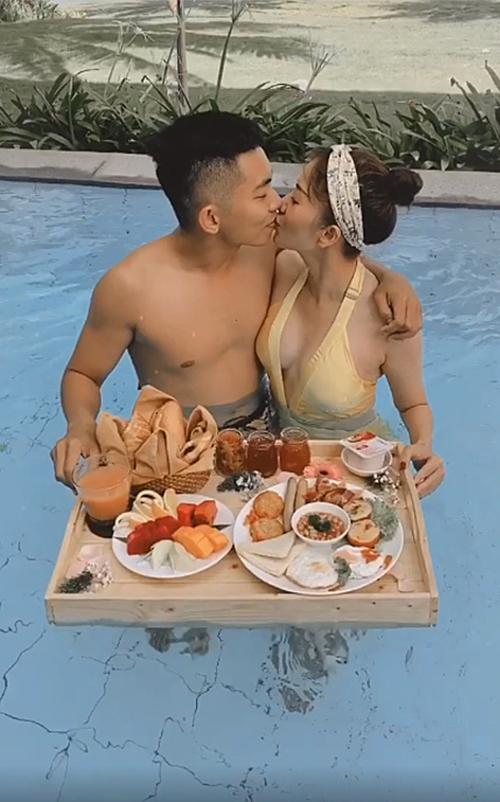 Vợ chồng Khánh Thi - Phan Hiển tình tứ khi du lịch tại Phú Quốc.