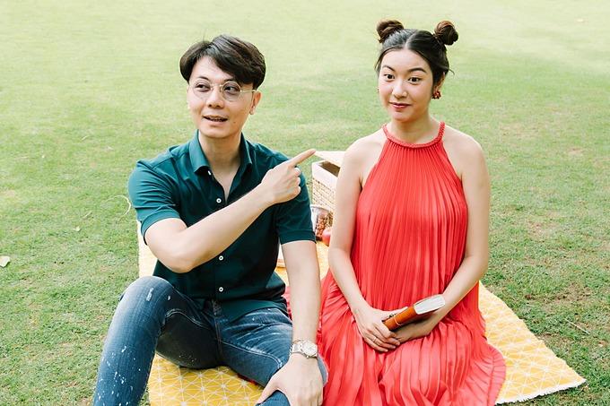 Thúy Vân để tóc búi Na Tra dễ thương khi bế bụng bầu đi picnic cùng ông xã Nhật Vũ.