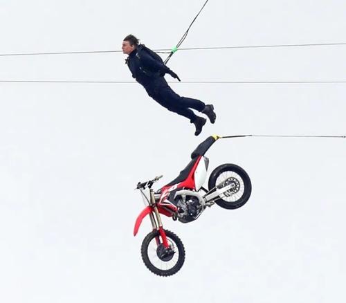 Tom Cruise bật nhảy khỏi xe, treo mình lơ lửng ở độ cao gần 200 m.