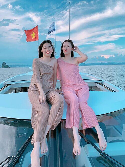 Chị em á hậu Trà My - Thanh Tú thư giãn trên du thuyền khi du lịch ở vịnh Hạ Long.