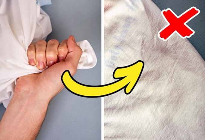 Nắm chặt vải cottonLấy một ít vải và siết chặt trong nắm tay trong vài giây. Nếu vải trông giống như giấy nhàu sau đó, điều đó có nghĩa là nó đã được xử lý bằng chất đặc biệt để giữ hình dạng. Những bộ quần áo như vậy sẽ bắt đầu trông giống như một tấm thảm sau lần giặt đầu tiên.
