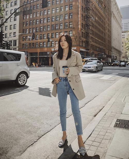 Áo hở eo, áo lửng ôm body được mix hài hoà cùng blazer màu trung tính để phái đẹp thanh lịch hơn khi dạo phố.