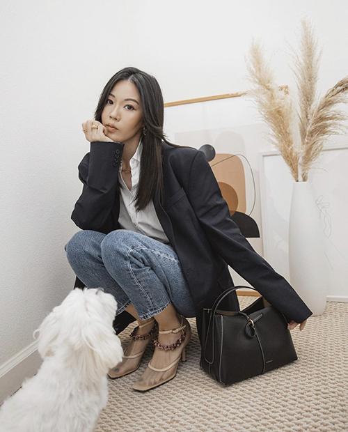 Sơ mi, jeans, và áo khoác dáng rộng là công thức phối đồ quen thuộc nhưng luôn mang đến hiệu quả cao trong việc tạo nên nét hiện đại, trang nhã cho chị em công sở.