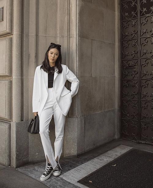 Mốt diện suit xuống phố không quá xa lạ, vì thế các nàng có thể làm mới phong cách cá nhân bằng cách mix giày thể thao cùng các kiểu quần xẻ gấu cá tính.