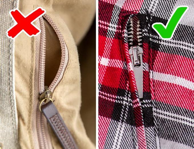 Tránh khóa kéo bị hởĐảm bảo mua quần áo và phụ kiện có khóa kéo kim loại được bao phủ bởi dây đeo: chúng là loại đáng tin cậy và bền lâu nhất. Các khóa kéo bằng nhựa mở thường bị gãy và là dấu hiệu của chất lượng kém ở hầu hết mọi mặt hàng.