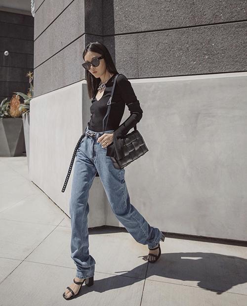 Lối mix-match cho hội chị em thích sự đơn giản và cá tính khi đi làm hoặc xuống phố cafe. Ở mùa mới, thay vì sử dụng áo thun cotton là áo dài tay trên chất liệu dệt kim mỏng.