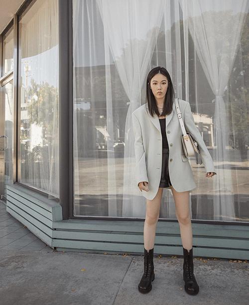 Street style mùa thu cho các bạn gái thích hack dáng với trang phục short. Cùng với cây đen áo blazer phom rộng là món đồ giúp người mặc sang chảnh hơn.