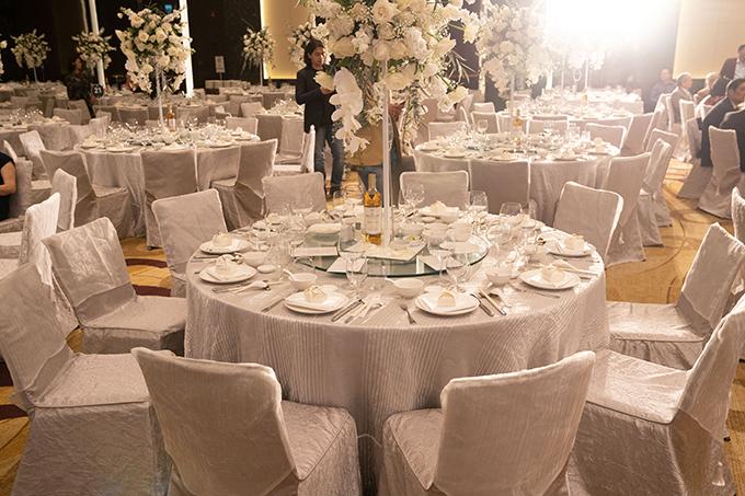 Bàn tiệc và ghế ngồi đều mang tông trắng theo sở thích của uyên ương