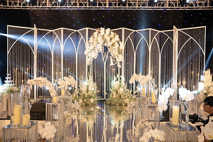 Nàng dâu mong muốn không gian tiệc sẽ được tô điểm bởi hoa lan, tượng trưng cho tình yêu trong sáng vị tha, sự thuỷ chung son sắt. Vì thế, ekip đã sử dụng hoa lan nhập khẩu, có độ bung toả đồng đều cho tiệc cưới.