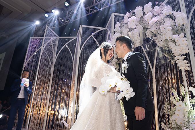Tháng 7, cặp Tuấn Minh - Hương Trang đã tổ chức lễ cưới tại khách sạn cao cấp ở Hà Nội. Trong 4 tháng chuẩn bị cưới, uyên ương đã trình bày với ekip về một bữa tiệc mang tông trắng chủ đạo. Do cô dâu là NTK thời trang nên có yêu cầu cao về chất lượng trang trí.
