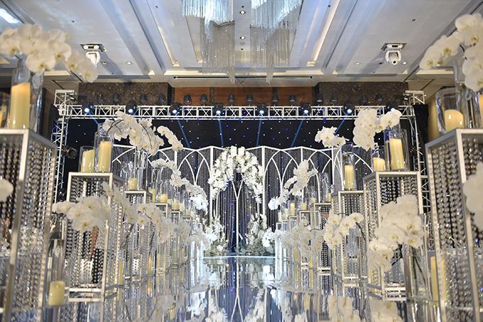 Thời gian gấp gáp nhưng từng góc đều được bố trí tỉ mỉ với phương án trang trí kỹ lưỡng ngay từ đầu. Đường dẫn sân khấu là các bục pha lê bày hoa, nến trải dài 50 m. Mặt sàn sân khấu tráng gương, phản chiếu ánh sáng lung linh từ hàng nghìn viên pha lê trong suốt và ánh nến thơ mộng.