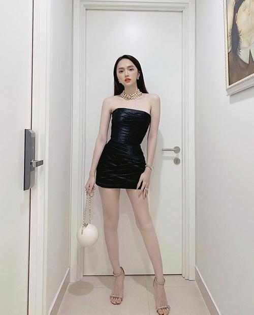 Tận dụng lợi thế với hình thể không thua kém các người đẹp showbiz Việt, Hương Gian thường chọn các mẫu đầm siết eo để chưng diện.