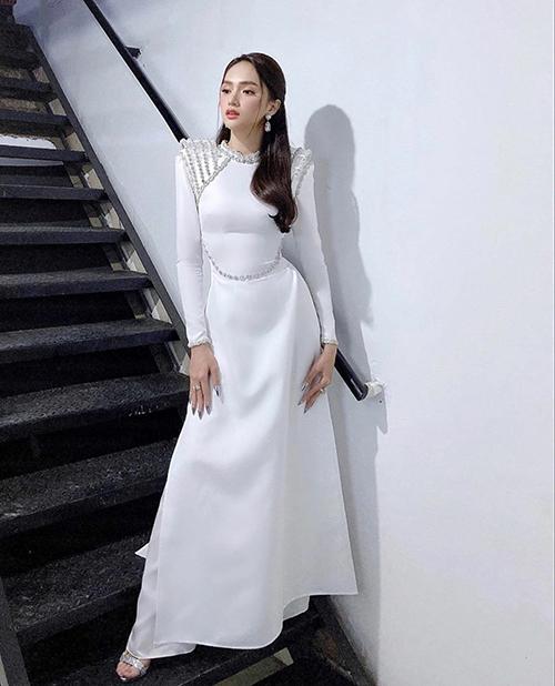 Ngay cả khi mặc áo dài, trang phục truyền thống cũng được làm mới để giúp người đẹp phô trọn đường cong quyến rũ.